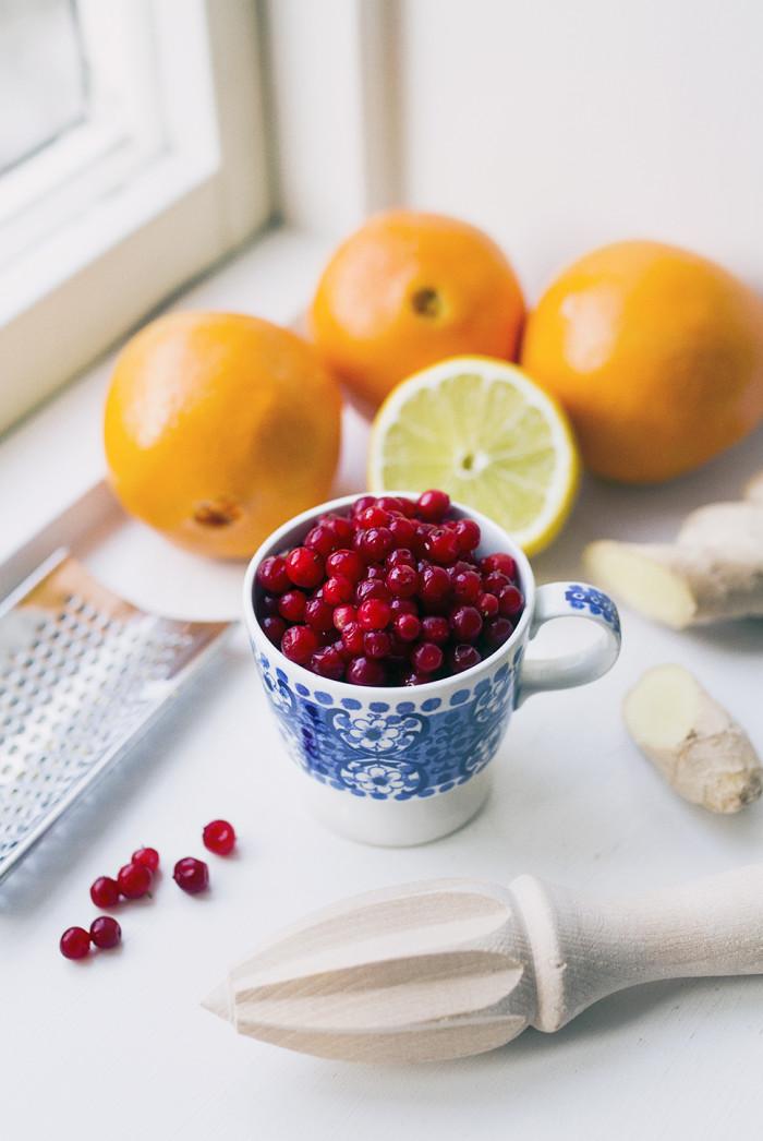 Uppiggande juice med lingon, apelsin, citron och nypon - Evelinas Ekologiska