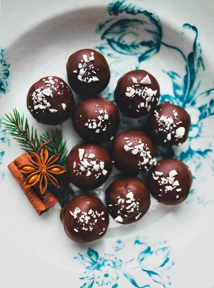 Cashew- och dadelbollar doppade i mörk choklad